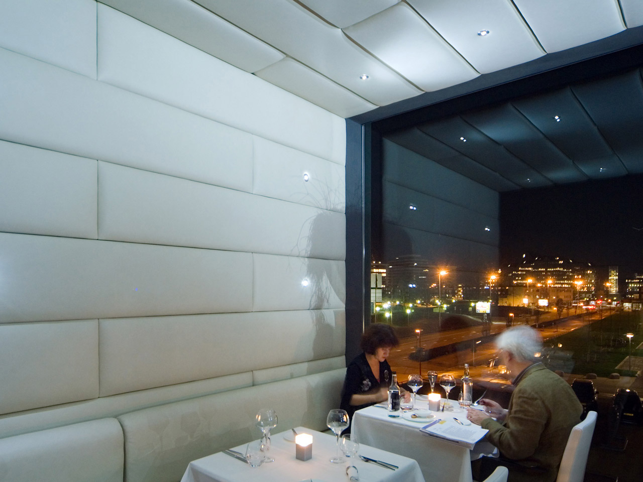 Panels of crème skai leather cover the ceiling and walls of the first floor of restaurant Divinatio and create intimacy. At night, the visual flair of the establishment is enhanced by small LED spots.