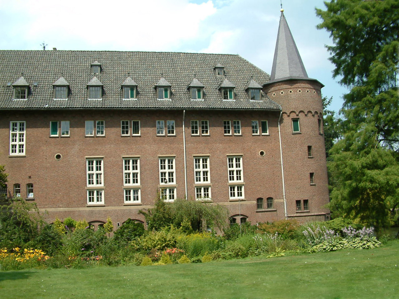 exterior view of castle gemert