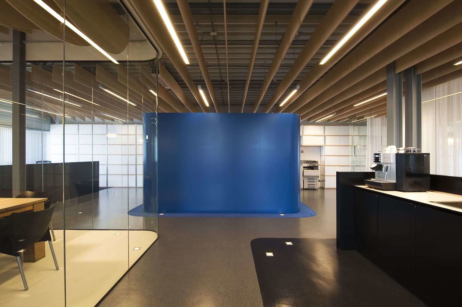 The wood lamellae ceiling incorporate techincal installation and programmatic modification.