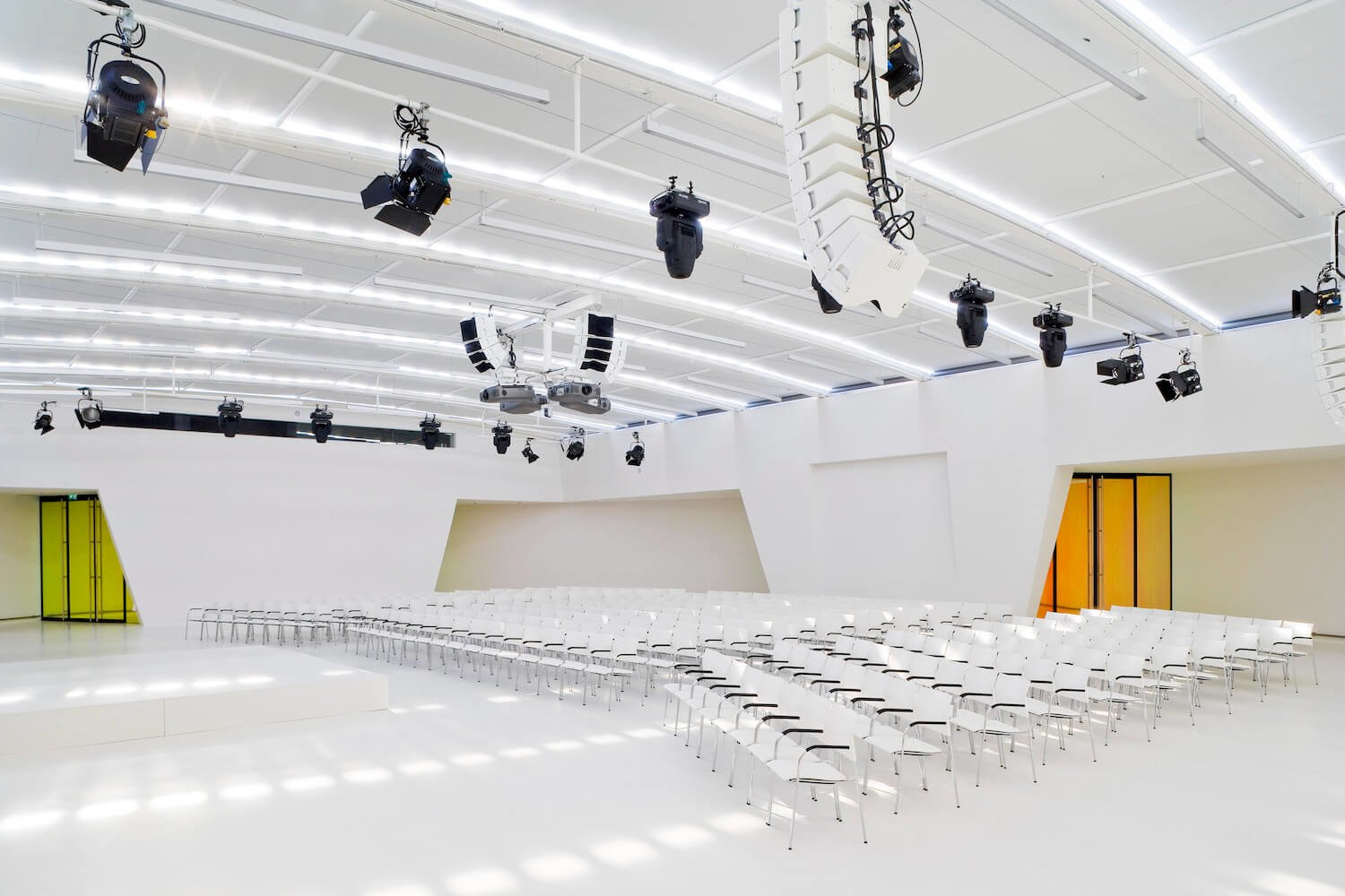 The main conference hall of Media Plaza seats 700 people. It is positioned centrally and is surrounded by 7 meeting rooms
