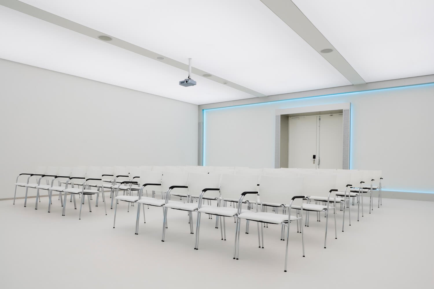 All the meeting rooms are entirely white and furnished with Thonet furniture, allowing you to implement a corporate identity and create the desired luminous scenario